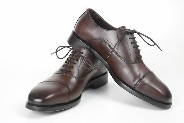 클래식 남자의 흰색 바탕에 갈색 옥스포드 신발. 가죽 신발