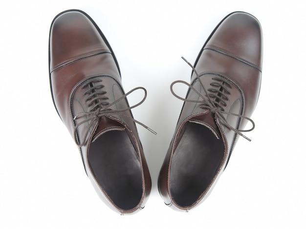 白い背景の上の古典的な男性の茶色の靴。革靴
