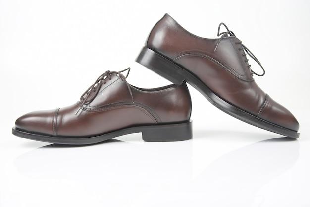 흰색 바탕에 클래식 남자의 갈색 신발입니다. 가죽 신발