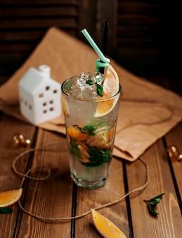 氷とオレンジのスライスと古典的なモヒート