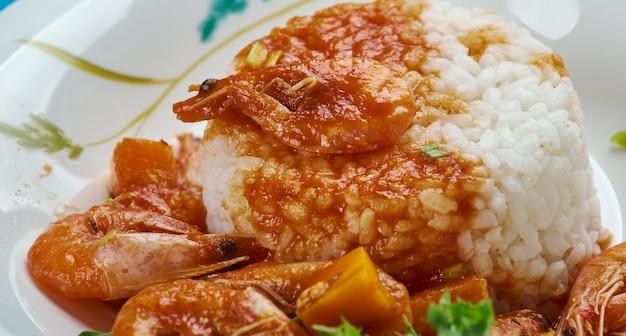 Classic new orleans shrimp etouffee - сочное блюдо из креветок, задушенное богатым и ароматным соусом ру.