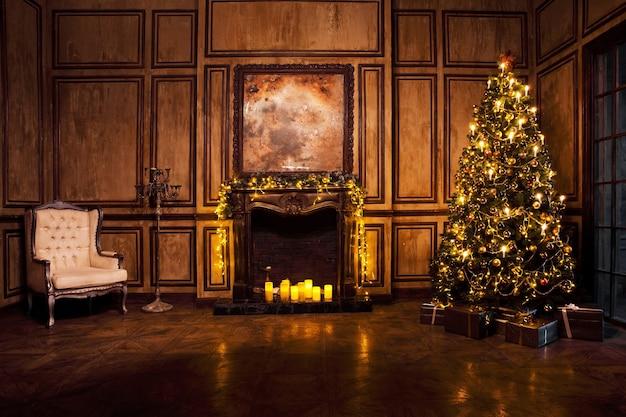 Классическая новогодняя елка оформлена в интерьере комнаты гранж