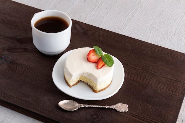 Классический нью-йоркский чизкейк и чашка кофе. сливочный десерт.