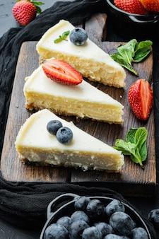클래식 뉴욕 치즈 케이크, 슬라이스, 블랙 테이블