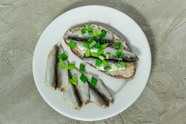 古典的なオデッサはバターとスプラットで黒パンのスライスをサンドイッチします
