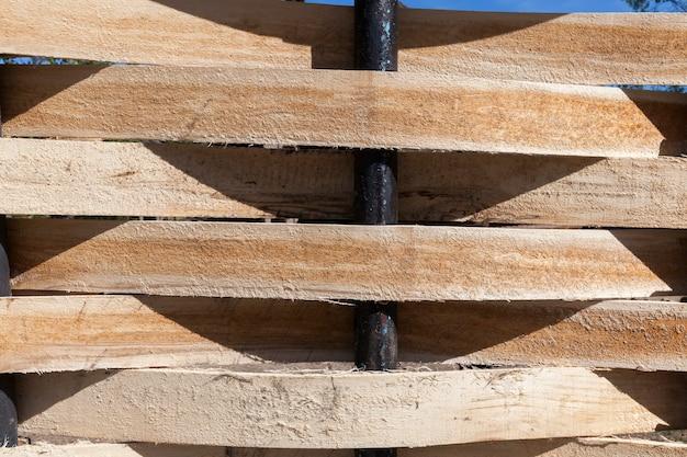 バインドされた薄いボードで作られた古典的な古い柵