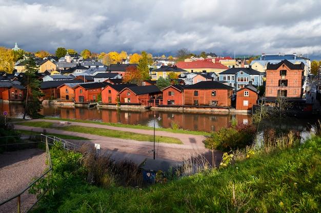 고전적인 오래 된 나무 빨간 집과 강에있는 그들의 반영. 포르 보, 핀란드