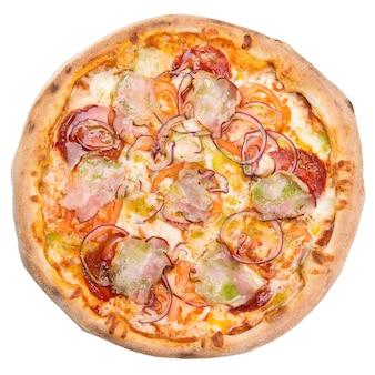 ハム、チーズ、玉ねぎを使ったクラシックなオリジナルピザ。白で隔離のおいしいピザ。