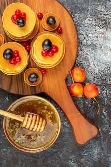 Frittelle classiche con miele dolce e frutta stock photo
