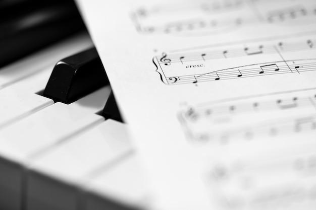 Классическое фортепиано и ноты. черно-белое фото, музыкальный фон