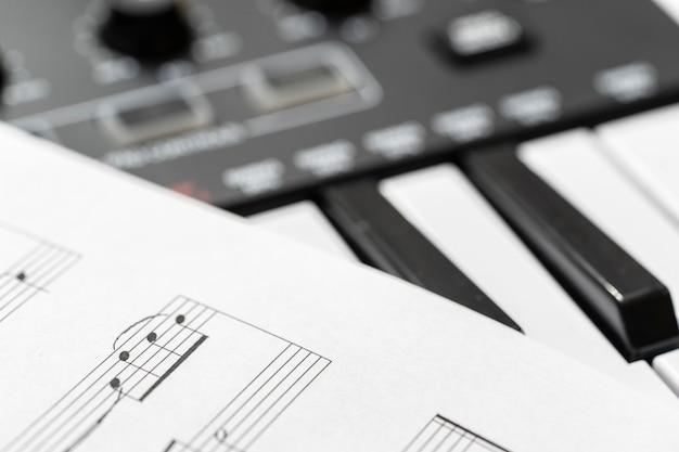 클래식 피아노와 악보. 흑백 사진