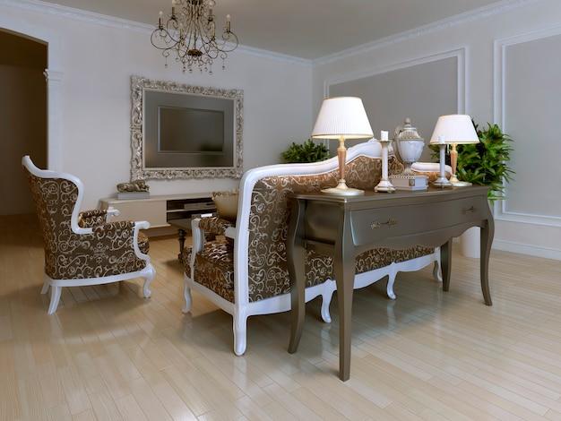 Классическое место для встречи с узорной мебелью в бежевых и коричневых тонах с белой рамой.