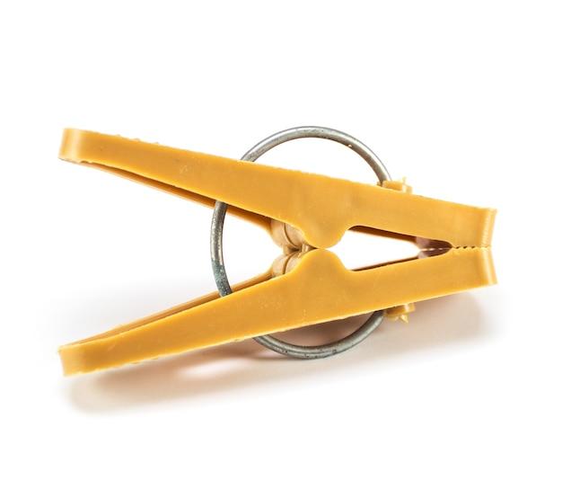Классическая пластиковая прищепка с металлическим кольцом изолирована