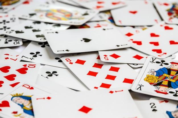テーブルの上に配置された古典的なトランプゲーム。白色の背景