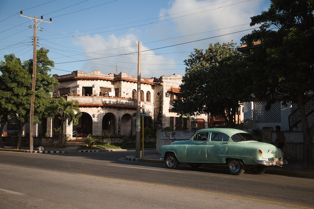 Классический ретро винтажный автомобиль в старой гаване, куба