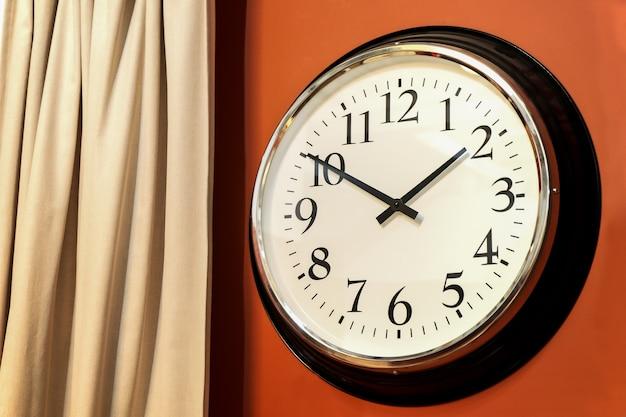 아라비아 숫자, 화이트 다이얼, 블랙 핸즈가있는 내부의 클래식 라운드 벽시계