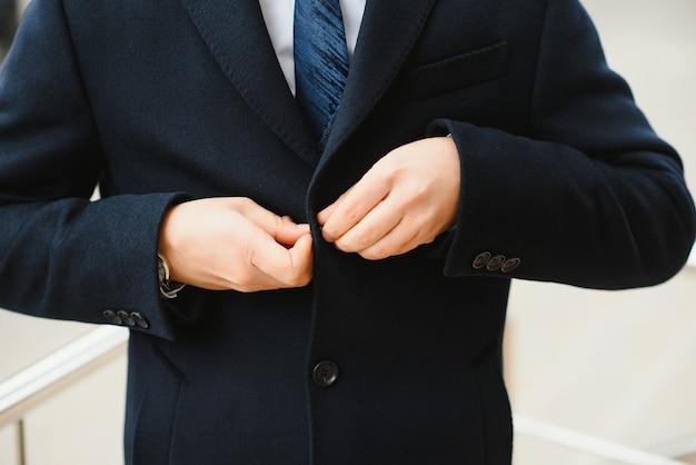 男性の古典的なスーツのクローズアップ