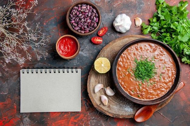 古典的なトマト石鹸豆ニンニクスプーンオイルボトルレモンケチャップと混合色のテーブル上のノート