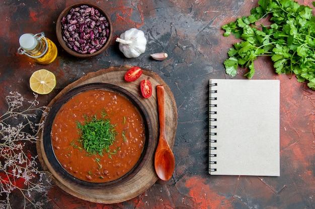 혼합 색상 테이블 영상에 갈색 그릇 기름 병 콩과 숟가락에 클래식 토마토 수프