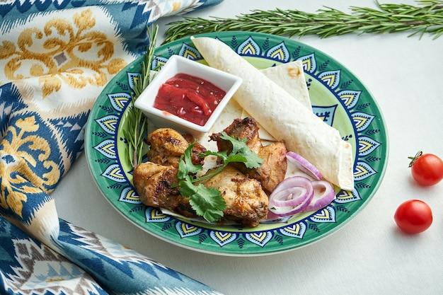 Классический турецкий кебаб из курицы с луком, красным соусом и лавашем