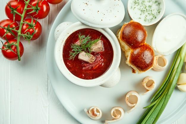 Классический украинский борщ с мясом, памфлетом и салом