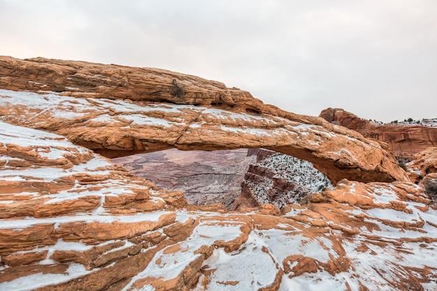 有名なメサアーチ、キャニオンランズ国立公園、ユタ州、米国の古典的なビュー