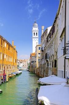 Классический вид на венецию с каналом и старыми зданиями, италия