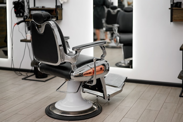 Классический винтажный парикмахерский стул