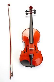 白で隔離の古典的なバイオリンと弓