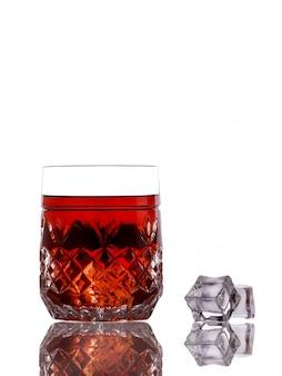 Классический виски со льдом на белой поверхности