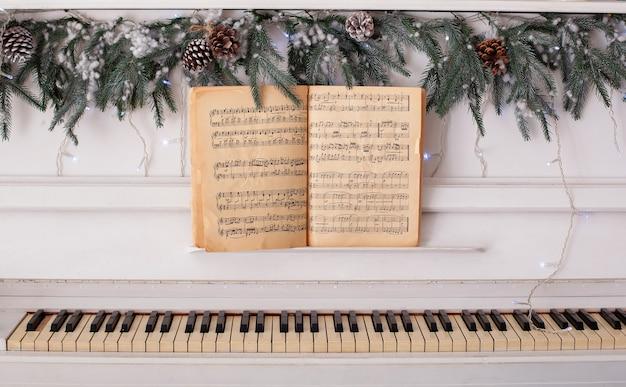 음악 책과 클래식 화이트 피아노