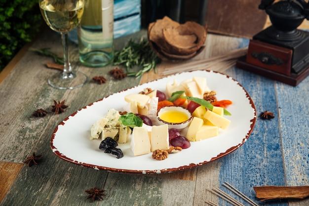 Классическая винная закуска, сыр, виноград, орехи