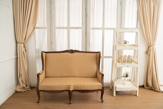 Классическое деревянное кресло и простая складная полка