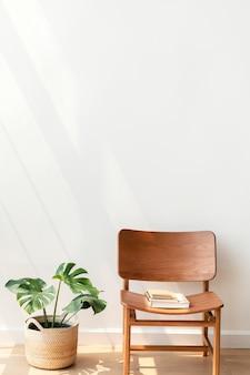 モンステラ植物による古典的な木製の椅子