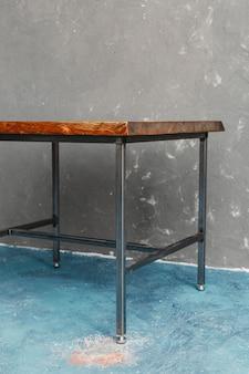 家具工場から作られたクラシックな木製のテーブルで、生のオリジナルのプレミアムカットの木