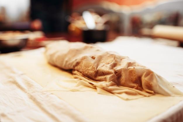 クローズアップを焼くために準備された古典的なリンゴのシュトルーデル、誰も。自家製の甘いデザート、料理レシピ