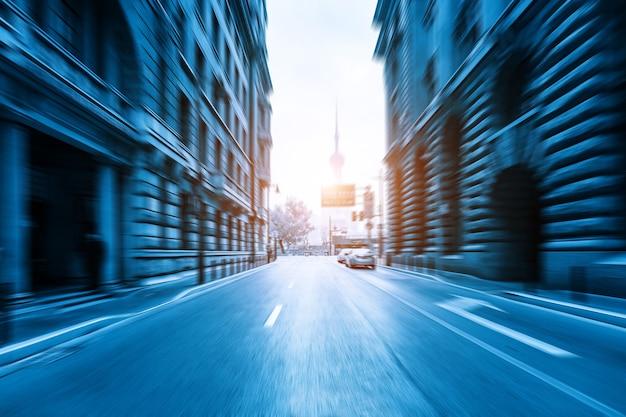 중국 상하이 와이탄의 고전 건축과 도시 도로