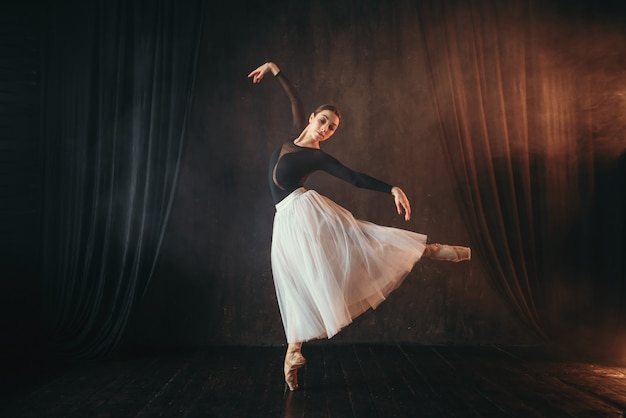 Артист классического балета в движении на сцене