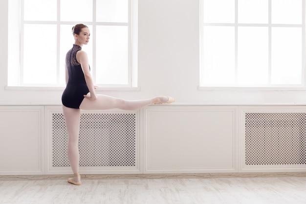 クラシックバレエダンサーがクラスでストレッチ