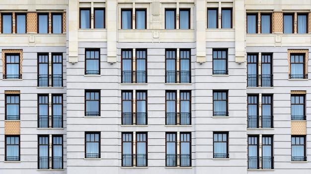 Классический фасад здания. старинная архитектура. передний план