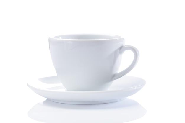 Классическая чашка капучино изолирована