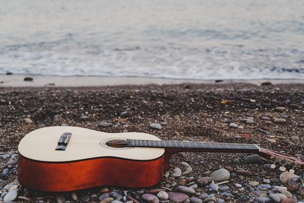 海を望むビーチのクラシックギター