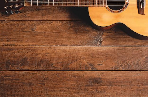 나무 배경에 클래식 기타