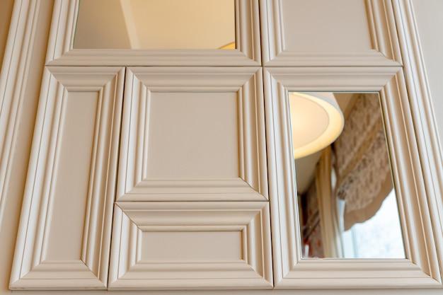 몰딩 프레임과 거울이있는 거실의 고전적인 인테리어.