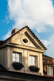 ヨーロッパの家の赤いタイルが付いている古典的な屋根。のどかな家。