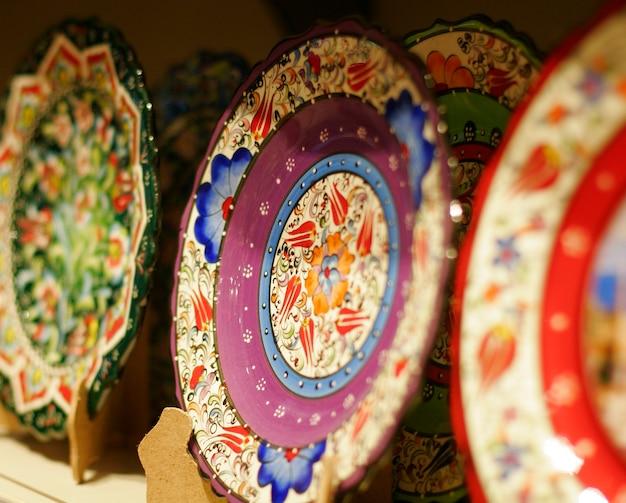 市場に出回っている古典的なトルコの陶器