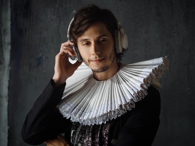 クラシックは永遠であり、アートは時代を超えています。中世の襟とスーツを着た若い男
