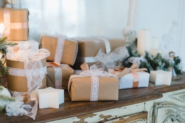 上品なクリスマスの手作りギフトボックスは茶色の弓でプレゼント