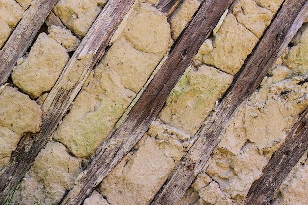 진흙과 나무는 오래된 오두막의 기초입니다.