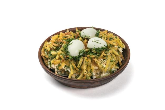 흰색 표면에 고립 된 메 추 라 기 계란 샐러드와 점토 그릇